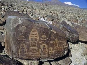 Petroglifos al descubierto en las laderas en Paquistan. Observen lo que podría ser perfectamente un Vimana.