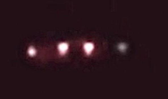Morag Ritchie, dijo que fue despertada en la noche por luces parpadeantes que sobrevolaban su hogar.