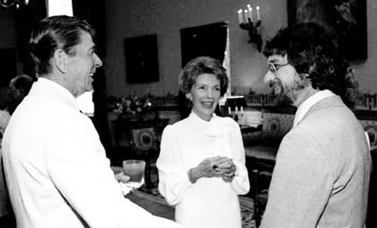 Ronald y Nancy Reagan hablando con Spielberg tras la proyección privada de E.T.