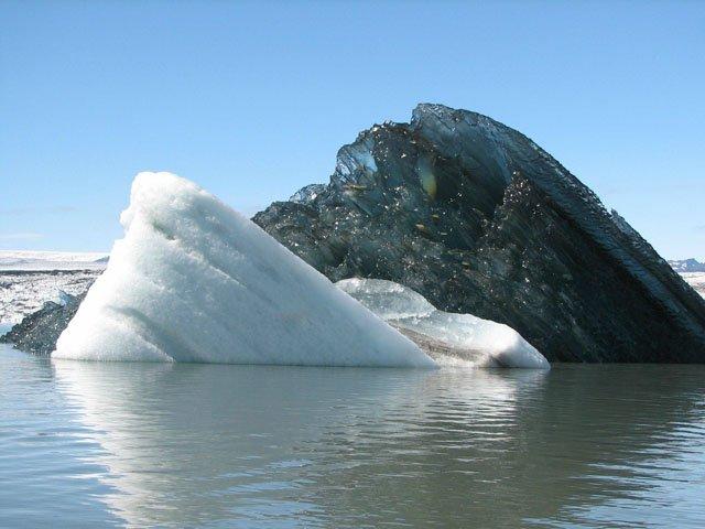 Iceberg negro causa asombro en redes sociales