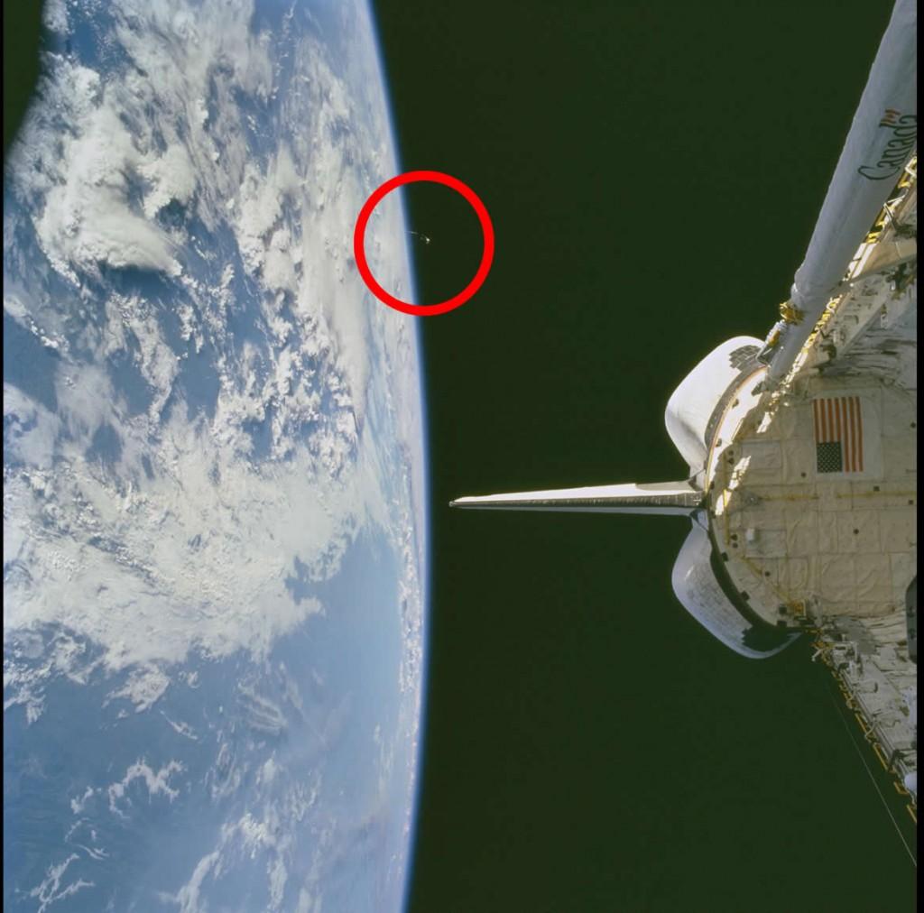 OVNI fotografiado por Astronauta desde la misión espacial STS104