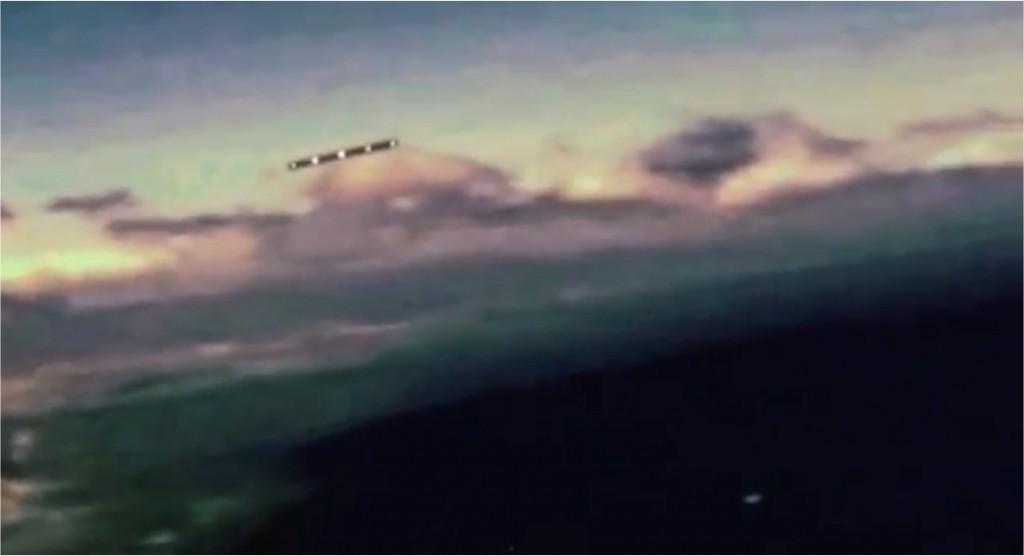 OVNI en forma de cigarro filmado desde un avión en México