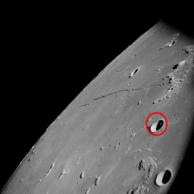 Foto original que muestra un extraño objeto en la Luna