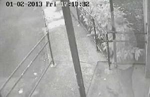 """Cámara de seguridad graba fantasma en una comunidad """"embrujada"""" en Londres"""