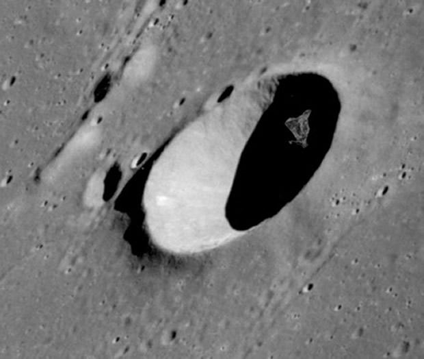 Acercamiento al objeto en el cráter de la Luna - NASA