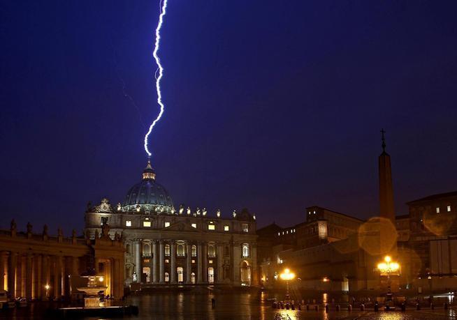 Rayo cae en el Vaticano el mismo día que renuncia el Papa
