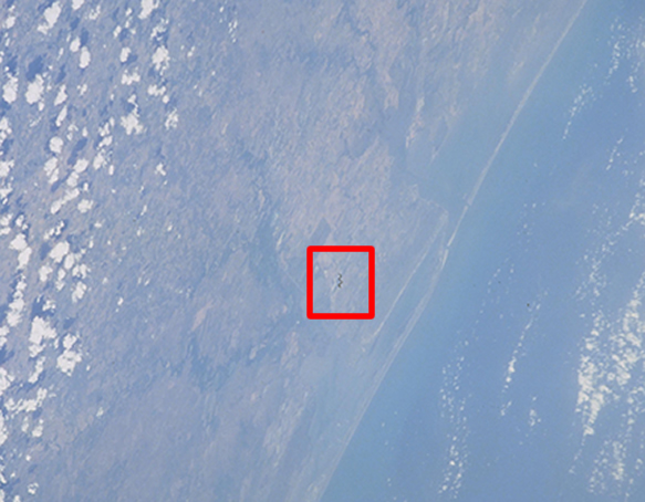 Objeto con forma de serpiente fotografiada desde el transbordador Discovery
