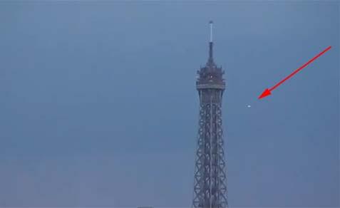 OVNI se catapulta a gran velocidad junto a la Torre Eiffel