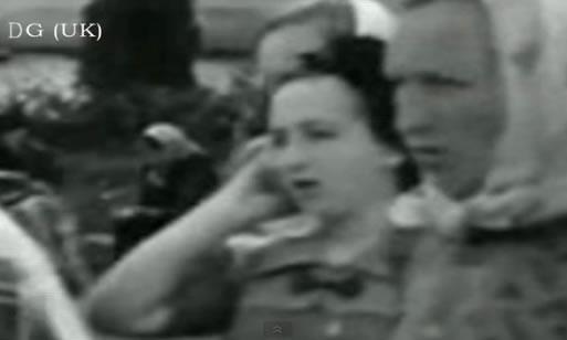 Viajero en el tiempo: Mujer parece utilizar un teléfono celular en el año 1937