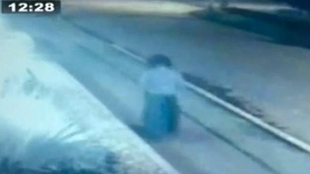 Video: Una inquietante mujer 'fantasma' se pasea de noche por Bogotá