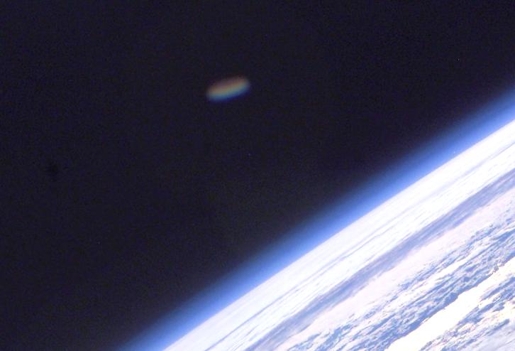 OVNI es captado en fotografía de la NASA