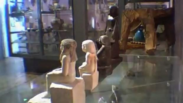 Una antigua estatua egipcia en el Museo de Manchester gira sola