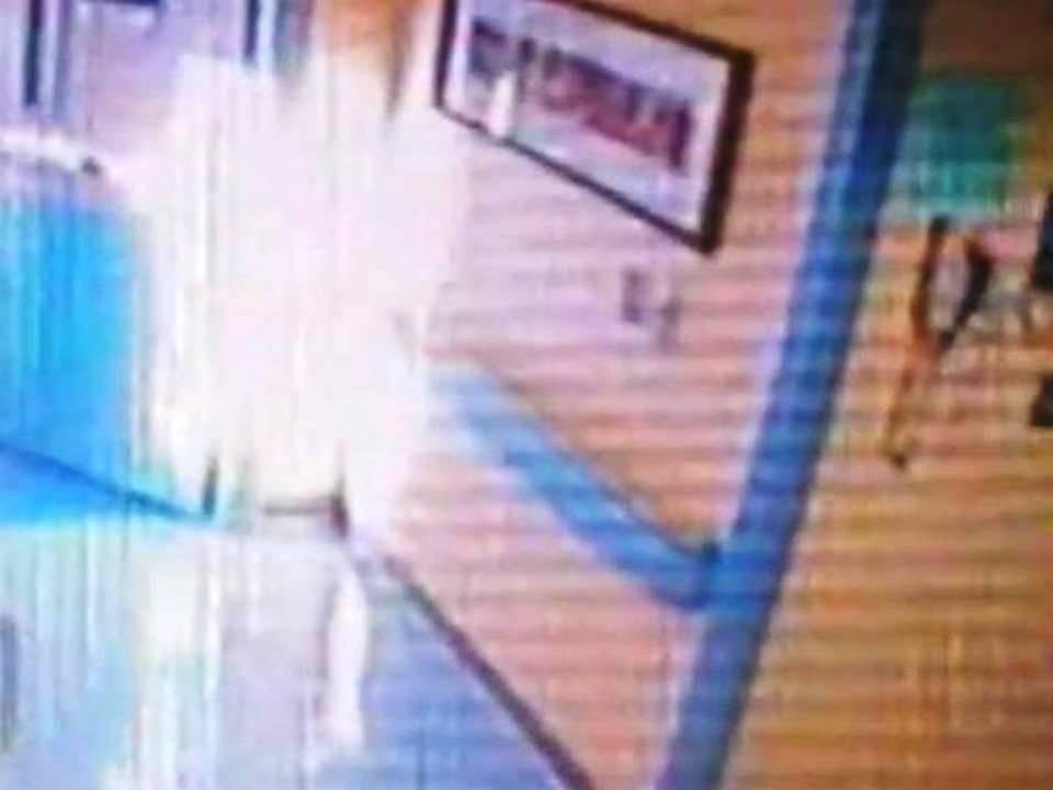 Supuesto ángel captado en hospital salva de morir a niña