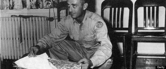 Mayor Jesse Marcel del Roswell Army Air Field con presuntos escombros encontrados 75 millas al noroeste de Roswell, Nuevo México, en julio de 1947.
