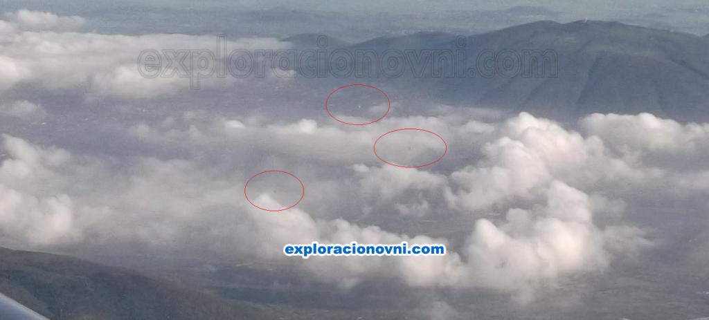 Primera fotografía capturada y que muestra tres objetos voladores sobre las nubes en la zona de Teotihuacán de Arista