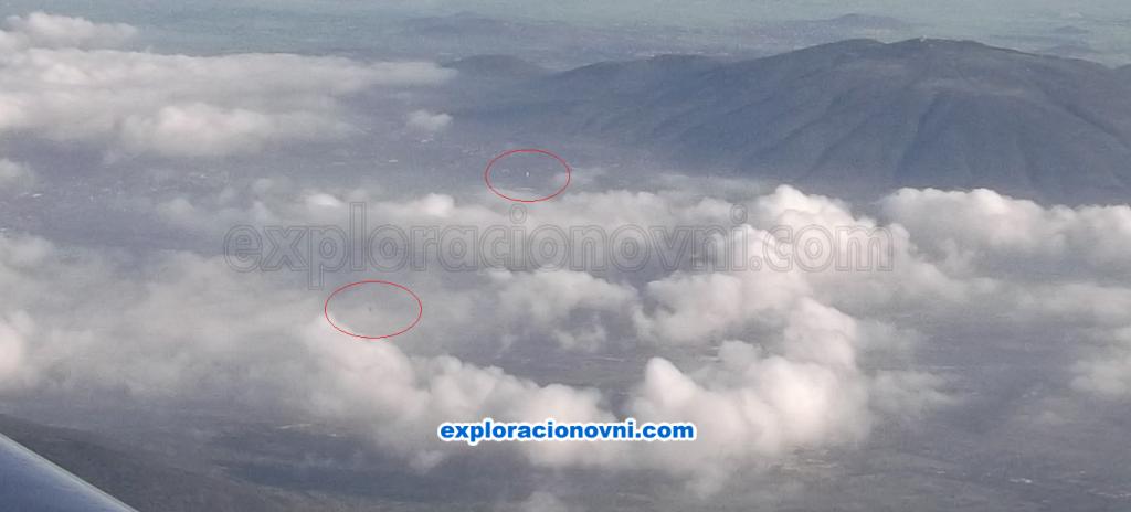 Segunda fotografía capturada y que muestra tres objetos voladores sobre las nubes en la zona de Teotihuacán de Arista (Haga clic sobre la imagen para ampliarla)