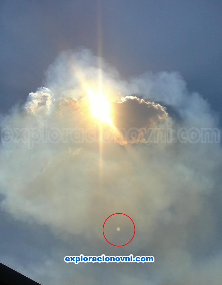 Primera fotografía tomada por el remitente. Muestra claramente una esfera señalada en la parte inferior