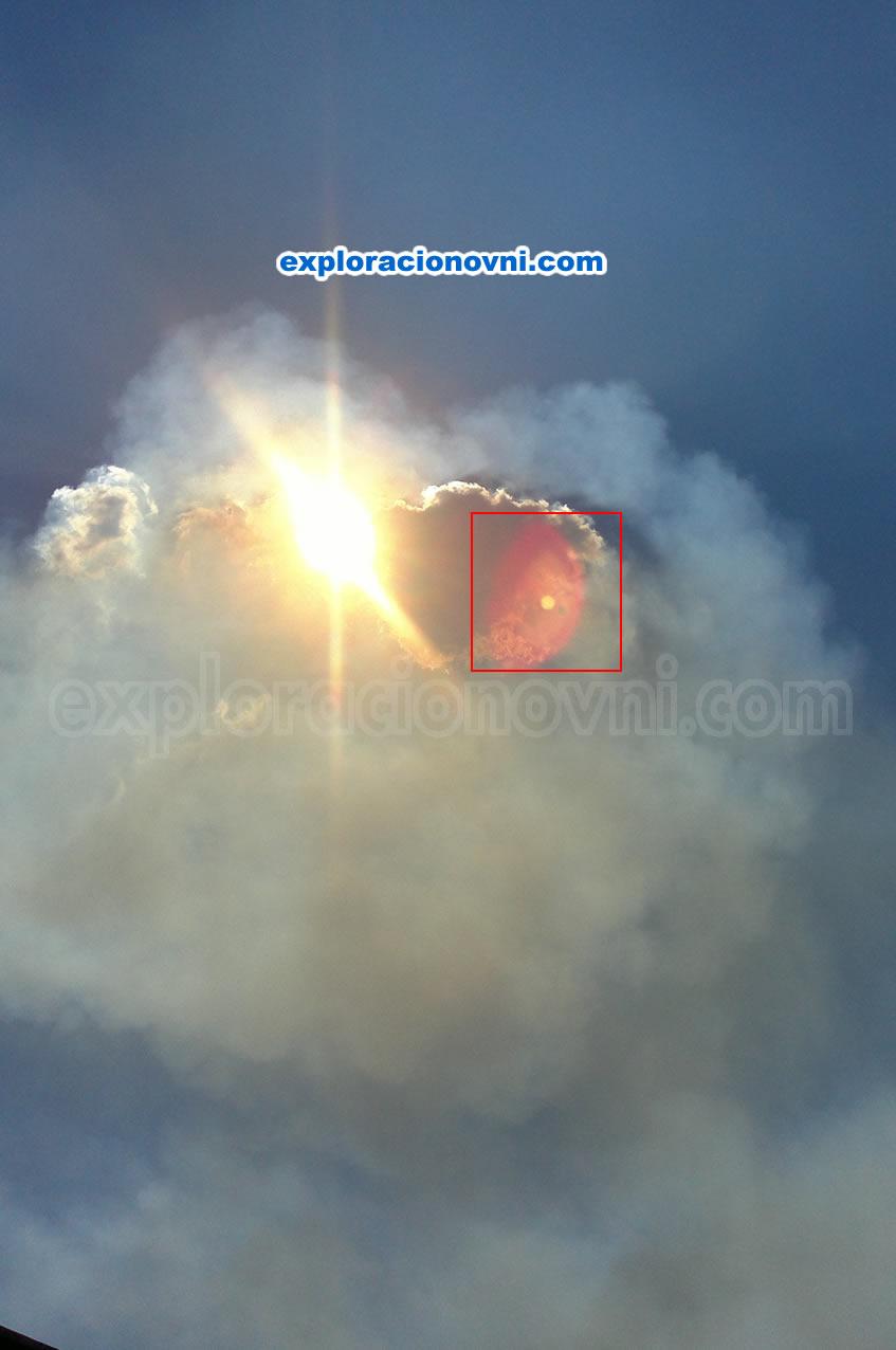 Segunda fotografía tomada por el remitente. Muestra claramente una esfera de color anaranjado al lado derecho del sol, además un tono rojizo la rodea