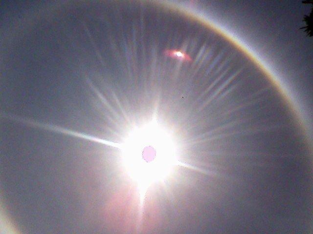 Imagen obtenida de Internet, muestra un fenómeno similar al ocurrido en Badajoz. En esta imagen se trata de un simple reflejo de la luz del Sol