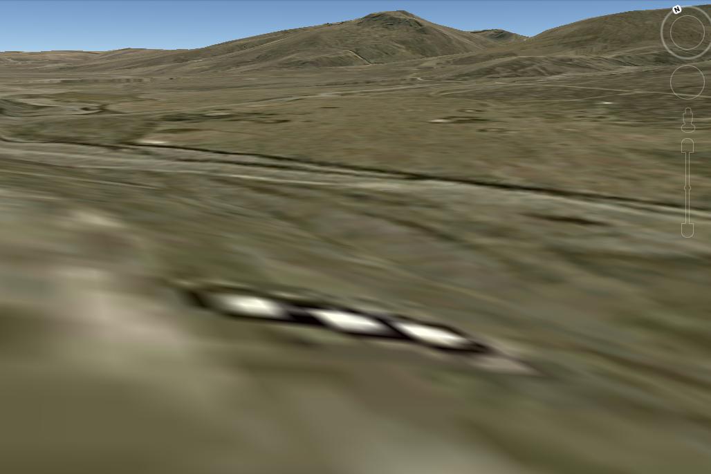 Otro acercamiento y vista de la extraña estructura sobre Oruro, Bolivia. Fíjense en la zona en donde se encuentra tomando como referencia las montañas del fondo.