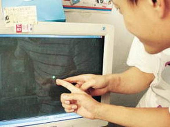 Testigo muestra a NOWnews.com el vídeo del OVNI. (Crédito: NOWnews.com)
