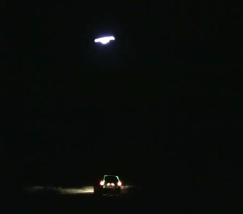 OVNI disparando con láser sobre el vehículo