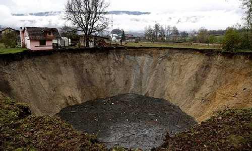 Tierra se abre y se traga una laguna en Bosnia.(vídeo)