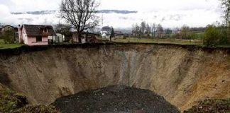 Tierra se abre y se traga una laguna en Bosnia
