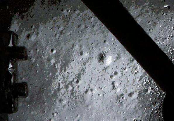Imagen de la superficie lunar tomada por la sonda china. / AFP