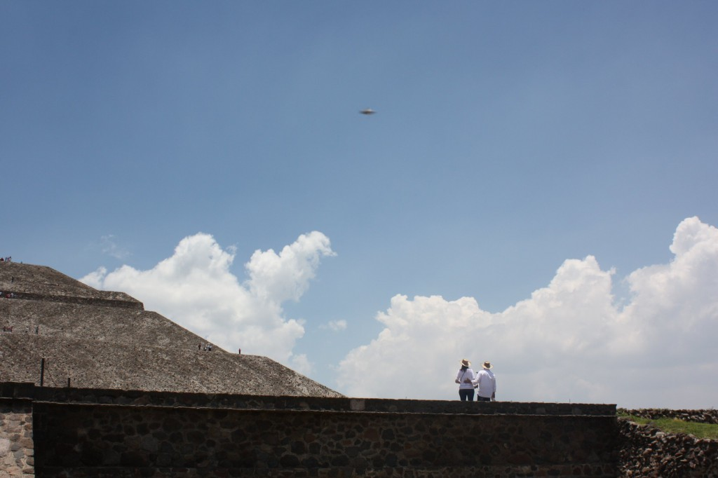 OVNI sobre Teotihuacán