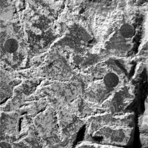 La misma área después de ser molida por herramienta de abrasión del rover.