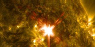 Luz ultravioleta extrema arroyos de una llamarada solar de clase X, como se ve en esta imagen capturada en 29 de marzo 2014