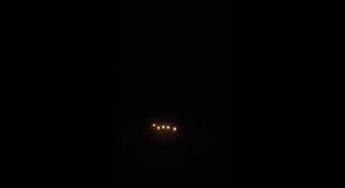 Se graban extrañas luces sobre Cradiff, Gales, desde un avión comercial