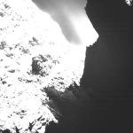 """Esta imagen del cometa 67P / Churyumov-Gerasimenko se obtuvo el 30 de octubre 2014 en el sistema de imágenes OSIRIS científica en la nave espacial Rosetta. La saturación de la imagen permite al espectador ver algunas estructuras de la superficie en el lado derecho, que es el """"lado oscuro"""" de la cometa. La imagen fue tomada desde una distancia de aproximadamente 18,6 millas (30 kilómetros)."""