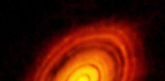 """ALMA forma un único radiotelescopio5 de diseño revolucionario, compuesto inicialmente de 66 antenas de gran precisión que operaran en longitudes de onda de 0,3 a 9,6 mm. El conjunto tiene una sensibilidad y una resolución muy superiores a las de los radiotelescopios submilimétricos existentes como el radiotelescopio de un solo reflector James Clerk Maxwell o las demás redes interferométricas como el Submillimeter Array o el observatorio Plateau de Bure de IRAM. Las antenas pueden desplazarse en el desierto recorriendo distancias que van de 150 m a 16 km, lo que proporciona a ALMA un poderoso """"zoom"""" variable, de funcionamiento similar al del VLA en Nuevo México, Estados Unidos."""
