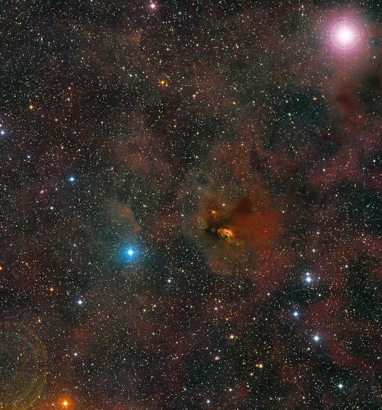 Esta imagen muestra la región en la cual se encuentra HL Tauri. HL Tauri es parte de una de las regiones de formación estelar más cercanas a la Tierra, y cuenta con numerosas estrellas jóvenes, así como con nubes de polvo, en sus proximidades. Esta composición fue creada a partir de imágenes que forman parte del sondeo Digitized Sky Survey 2. Crédito: ESO/Digitized Sky Survey 2