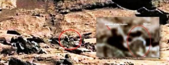 Esta imagen, tomada por Curiosity, muestra una figura humanoide y lo que parece ser su sombra. Crédito: NASA
