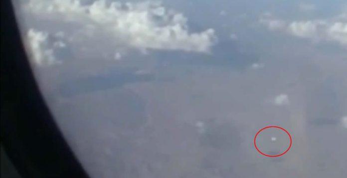Pasajero de aerolínea habría filmado un OVNI volando sobre Irán
