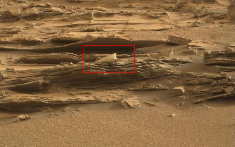 En esta imagen se muestra lo que parece ser un objeto extraño al terreno marciano.
