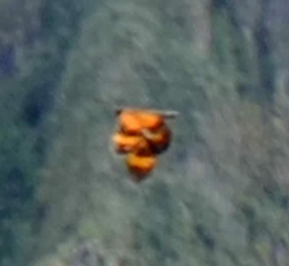 Ampliación del extraño objeto de color naranja fotografiado en Machu Picchu.