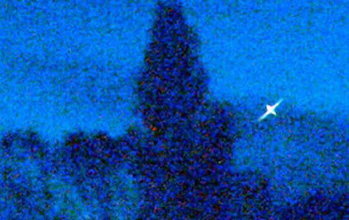 Detalle ampliado de la película que muestra el objeto brillante. La forma, alargada, aparentemente, se debe a un fenómeno de difracción producido por la luz en el sensor de la cámara.