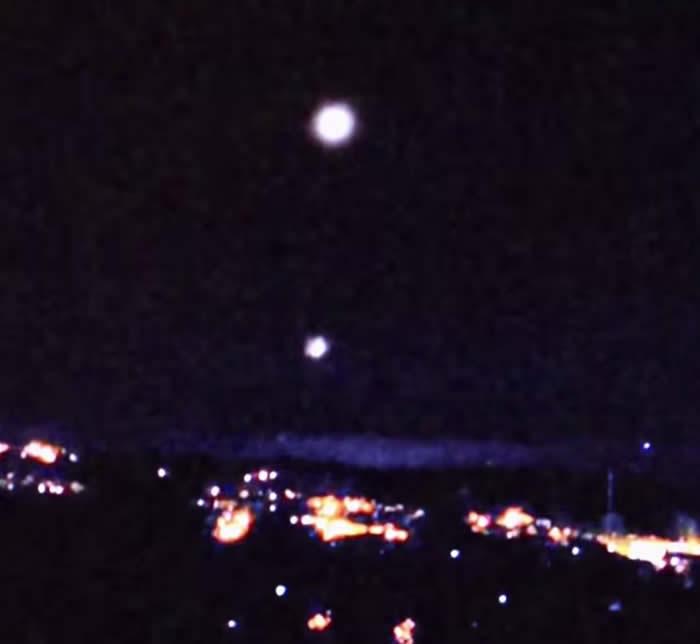 Otra captura del vídeo. OVNI lanza primera esfera, de un total de 5.