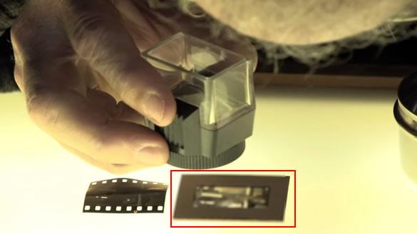 Escena del documental que muestra la supuesta diapositiva que contendría al extraterrestre.