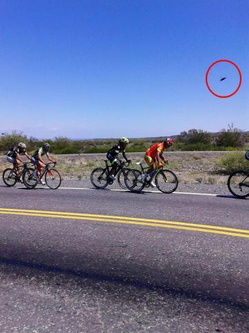 Los ciclistas y asistentes a la prueba descartaron que se trate de un drone.