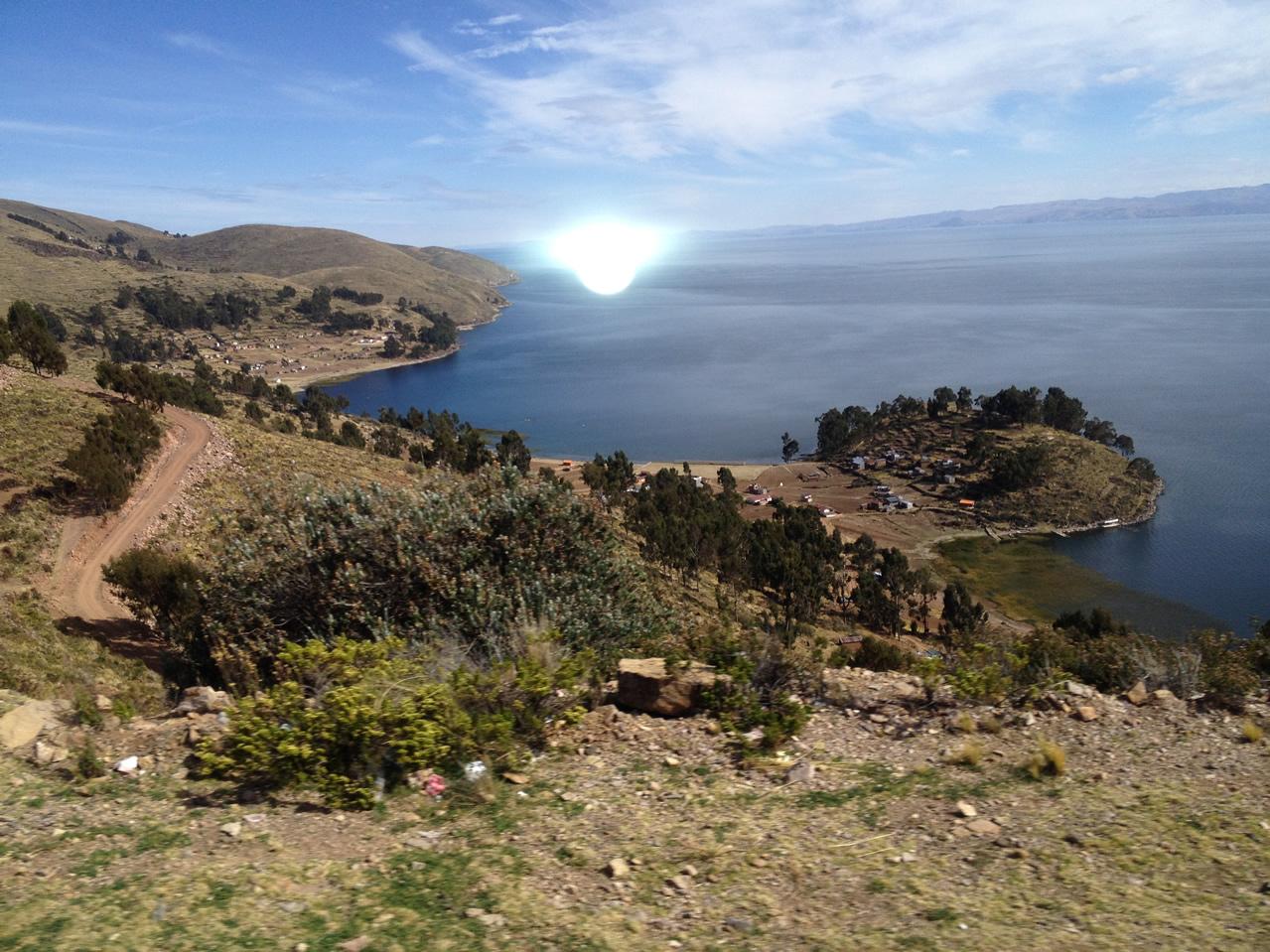 Anomalía fotografiada en el lago Titicaca. Existe la posibilidad de que se trate del flash de la cámara reflejado en el vidrio de la ventana.