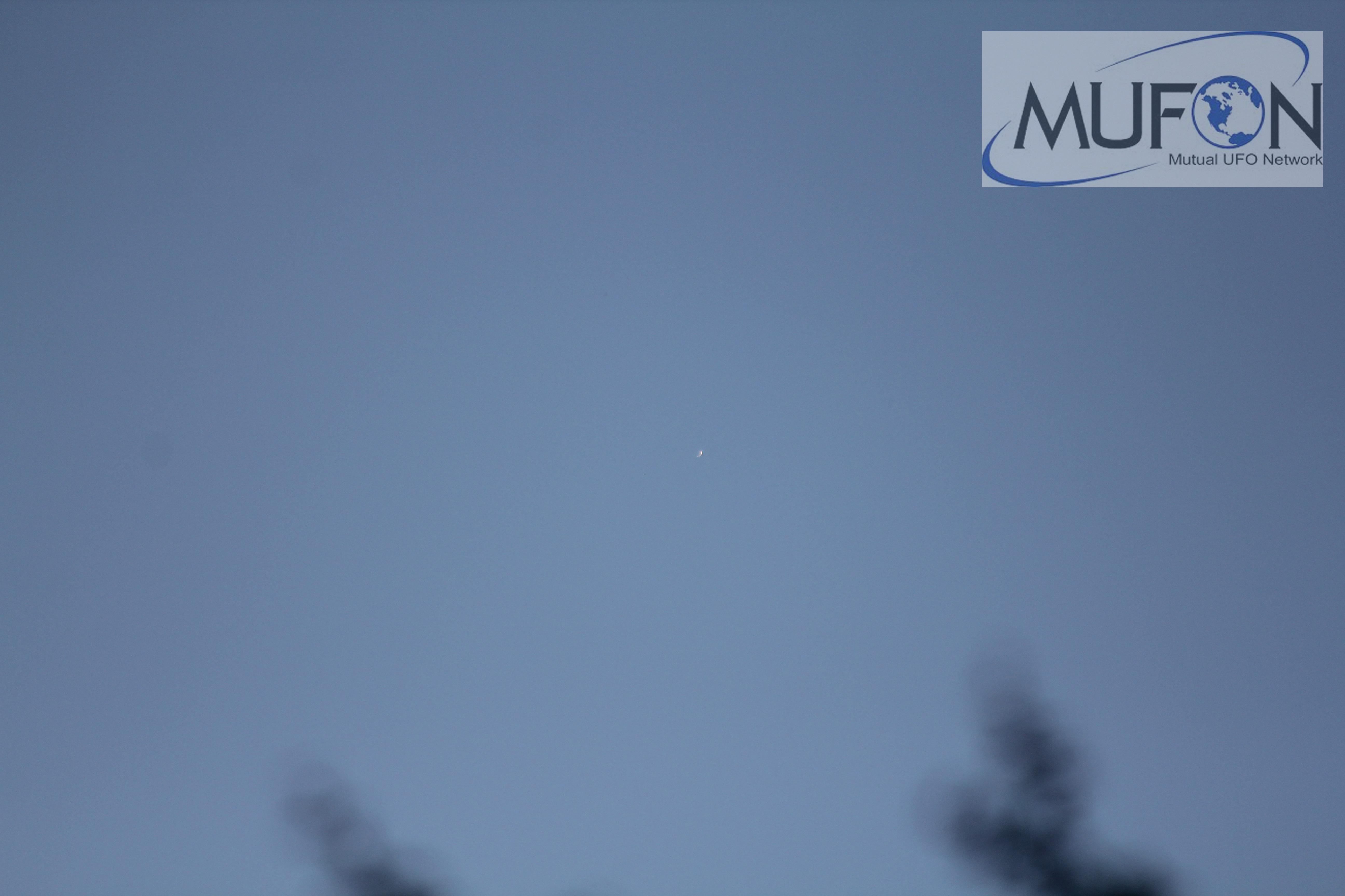 Última del total de 13 fotografías secuenciales capturadas por el testigo. Puede notarse (en el centro) la presencia de la anomalía. Además muy cerca de la anomalía se logra ver un punto blanco esférico (pero esta vez más alejado) que probablemente se trate de una estrella.