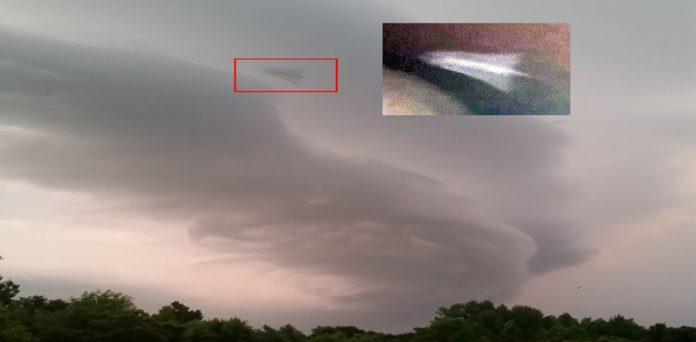 Anomalía en el cielo fotografiada durante tormenta en durante tormenta en Hampstead, Carolina del Norte.