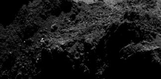 Este primer plano del cometa 67P / Churyumov-Gerasimenko muestra la región en la que el módulo de aterrizaje Philae probablemente se encuentra. El punto brillante podría ser el módulo de aterrizaje en sí o simplemente una característica de la superficie del cometa, dicen los científicos de la misión.