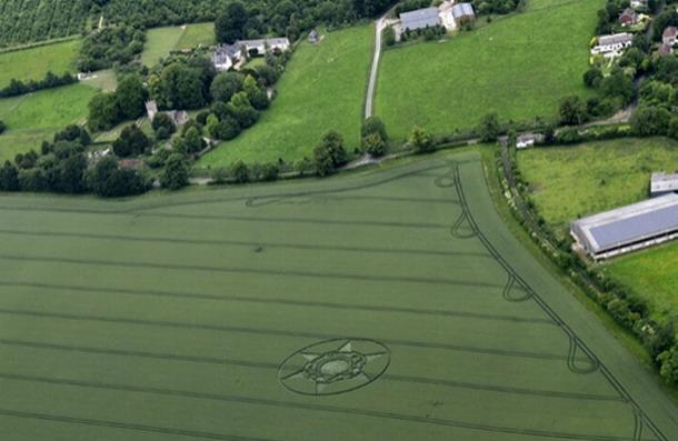Otra toma del Crop Cricle reportado en Wiltshire, Inglaterra, Yates Bury The Avenue el 23 de junio del 2015.