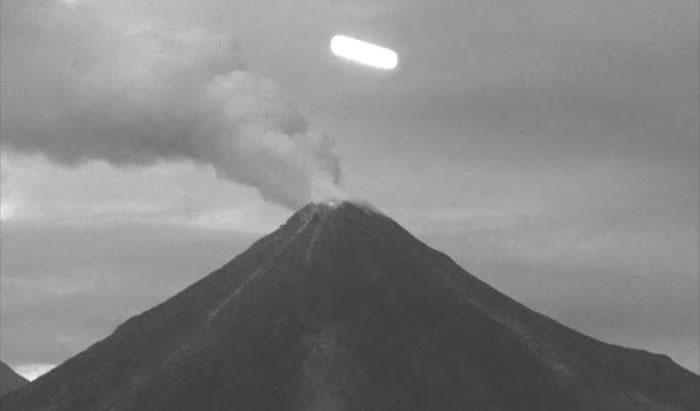 Un extraño objeto luminoso de forma cilíndrica fue captado rondando el Volcán Colima en México.